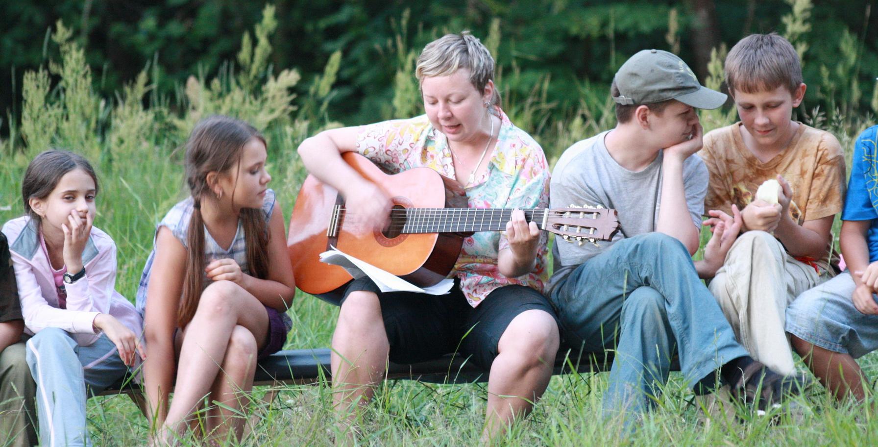 <span>Петь песни под гитару, общаться, слушать и рассказывать байки</span>